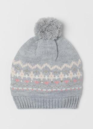 М'яка в'язана шапка з помпоном зверху. мягкая вязаная шапка с помпоном сверху.