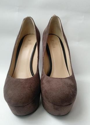 Туфлі коричневого кольору