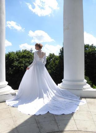 Восхитительное платье с длинным шлейфом белого цвета