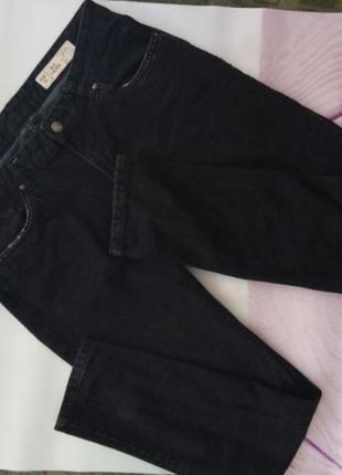 Черные фирменные джинсы