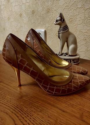 Кожаные туфли на шпильках
