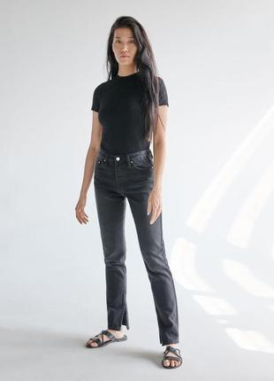 Серые джинсы с разрезами