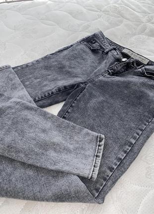Темные серые джинсы