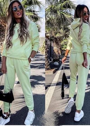 Яркий весенний прогулочный спортивный костюм, цвета