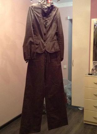 Стильный лляной костюм( пиджак с жабо на металических пуговицах +брюки с манжетами leagel