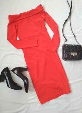 Платье в рубчик с опущенными плечами