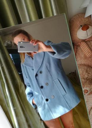 Небесно -голубое , пальто