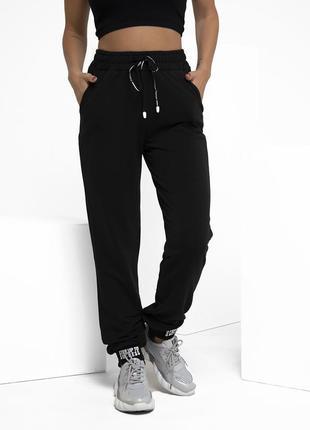 Черные трикотажные штаны с декором на манжетах
