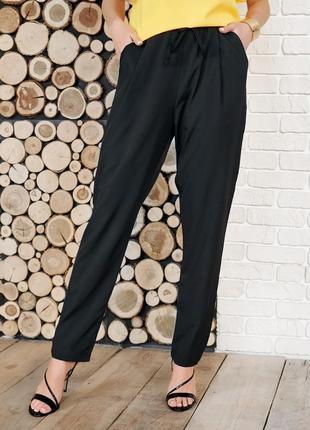 Черные брюки-бананы с высокой посадкой