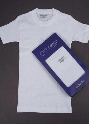 Біла базова футболка.