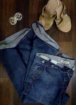 Расклешенные джинсы с оригинальным решением пояса и низа брючин