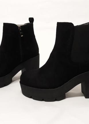 Черные женские демисезонные ботинки из эко-замши на каблуке 8 см