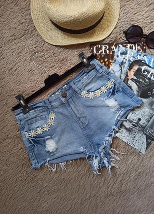 Крутые рваные короткие джинсовые шорты
