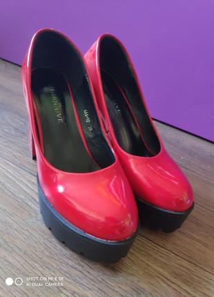Туфли красные на каблуке с тракторной подошвой