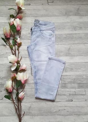 Стильные светлые джинсы