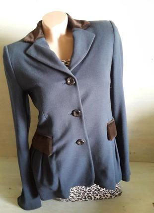 Шерстяной пиджак love moschino. италия