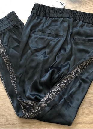 Сатиновые джоггеры дудочки брюки штаны с лампасами полосами в животный принт