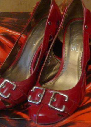 Ярко-красные. кожаные, лакированные туфли