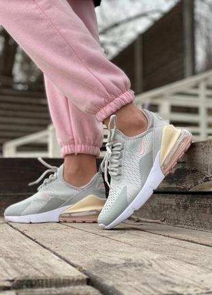 Стильні жіночі кросівки10 фото