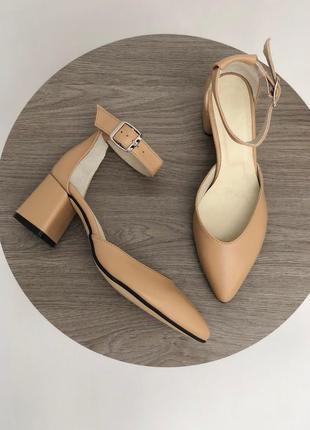 Кожаные босоножки туфли с зауженным мысом оттенка карамель