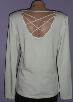 Фирменная бледно-салатовая кофточка с плетением на спинке.