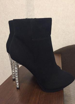 Шикарные ботиночки quiz с необычным каблуком
