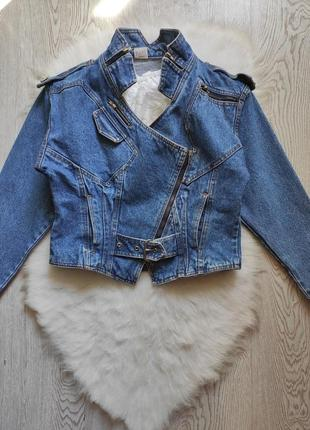 Синяя короткая джинсовая куртка плотная косуха оверсайз с молниями ремешками кроп