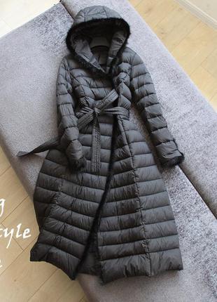 Длинное пальто - пуховик на поясе с меховой окантовкой