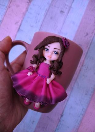 Девочка в розовом платье из полимерной глины на чашке