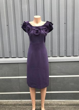 Силуэтное нарядное платье с украшением по плечам