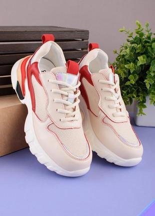 Женские красно-бежевые кроссовки на шнуровке