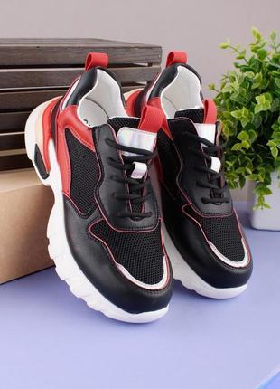 Женские черно-красные кроссовки на шнуровке