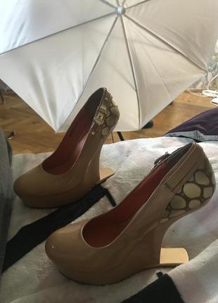 Необычные стильные туфли на танкетке