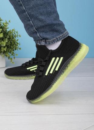 Женские черные с зелеными вставками кроссовки на шнуровке