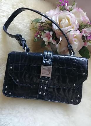 Неймовірно красива лакова сумочка.