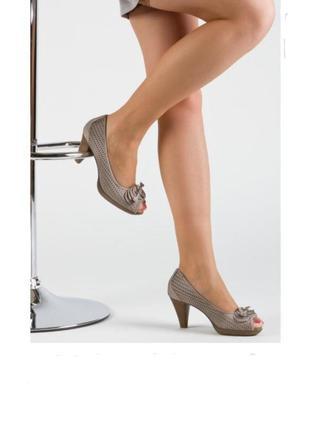 Шкіряні туфлі з відкритим носком на каблуці  бежевого кольору /босоніжки marco tozzi