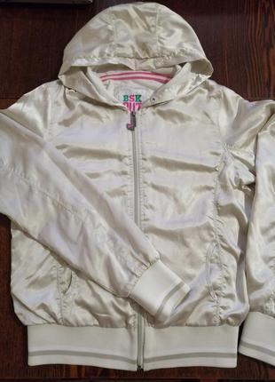 Куртка-ветровка c капюшоном.