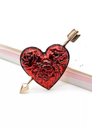 Стильная брошь сердце со стрелой