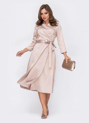 Нежное атласное платье миди на запах в деловом стиле бежевое