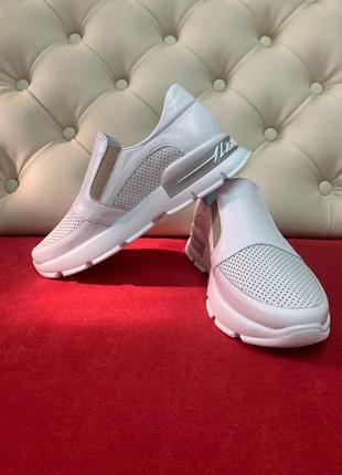 Крутые летные кроссовки без шнурка с перфорацией белые