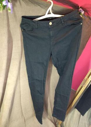 Классические черные джинсы зауженные к низу