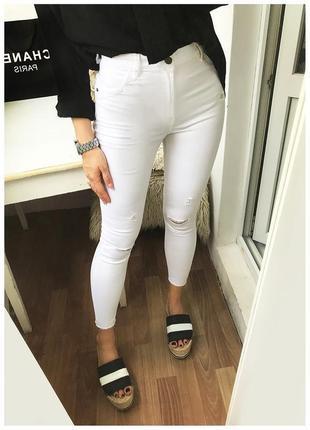 Рваные узкие белые джинсы с высокой талией, высокой посадкой bershka