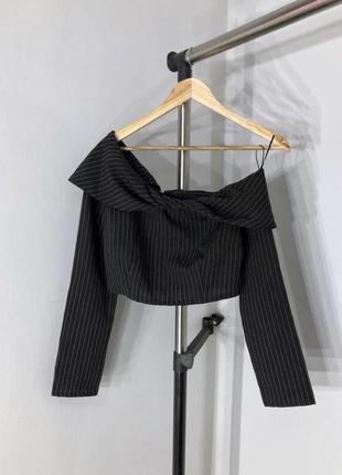 Укороченная блуза в полоску на одно плечо