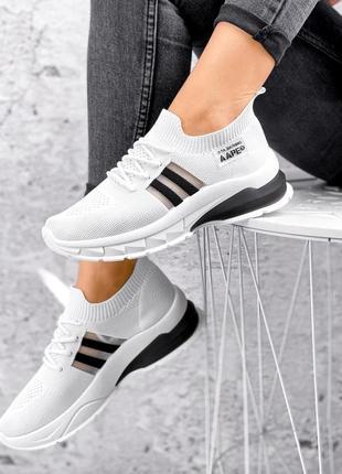 Белые текстильные кроссовки с черным