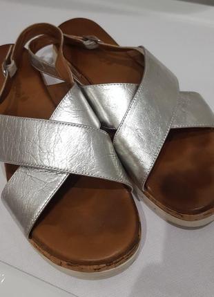 Модные кожаные босоножки