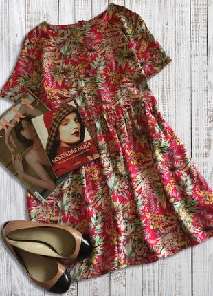 Яркое приятное платье с отрезной талией