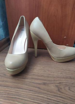 Стильные красивые бежевые туфли, туфли на тонком каблуке, туфли на высоком каблуке