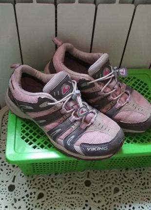Качественные , добротные кроссовки р 38