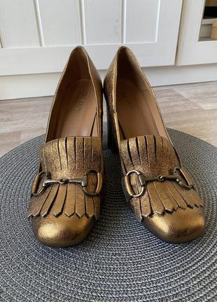 Золотые лоферы на каблуке