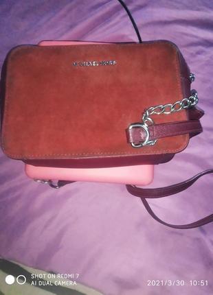 Замшевая удобная бордовая сумочка через плечо регулируется.